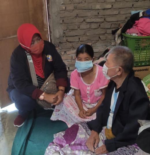 Tindaklanjuti Laporan Walikota Malang kepada Kadinsos, TKSK dan PSM Kunjungi Mbah Narimin