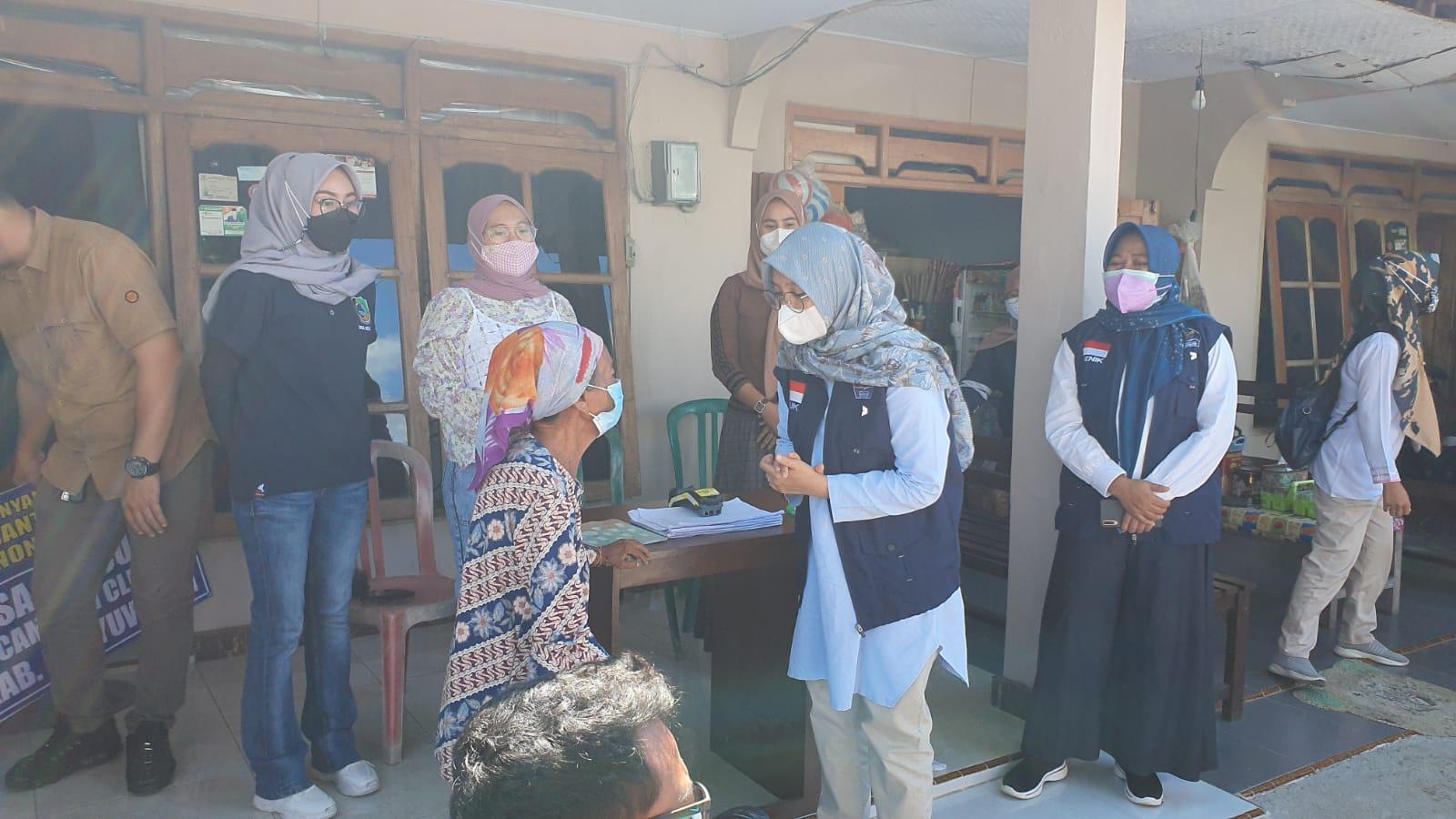 Bupati Banyuwangi Didampingi Plt Kadinsos Tinjau Pencairan BST
