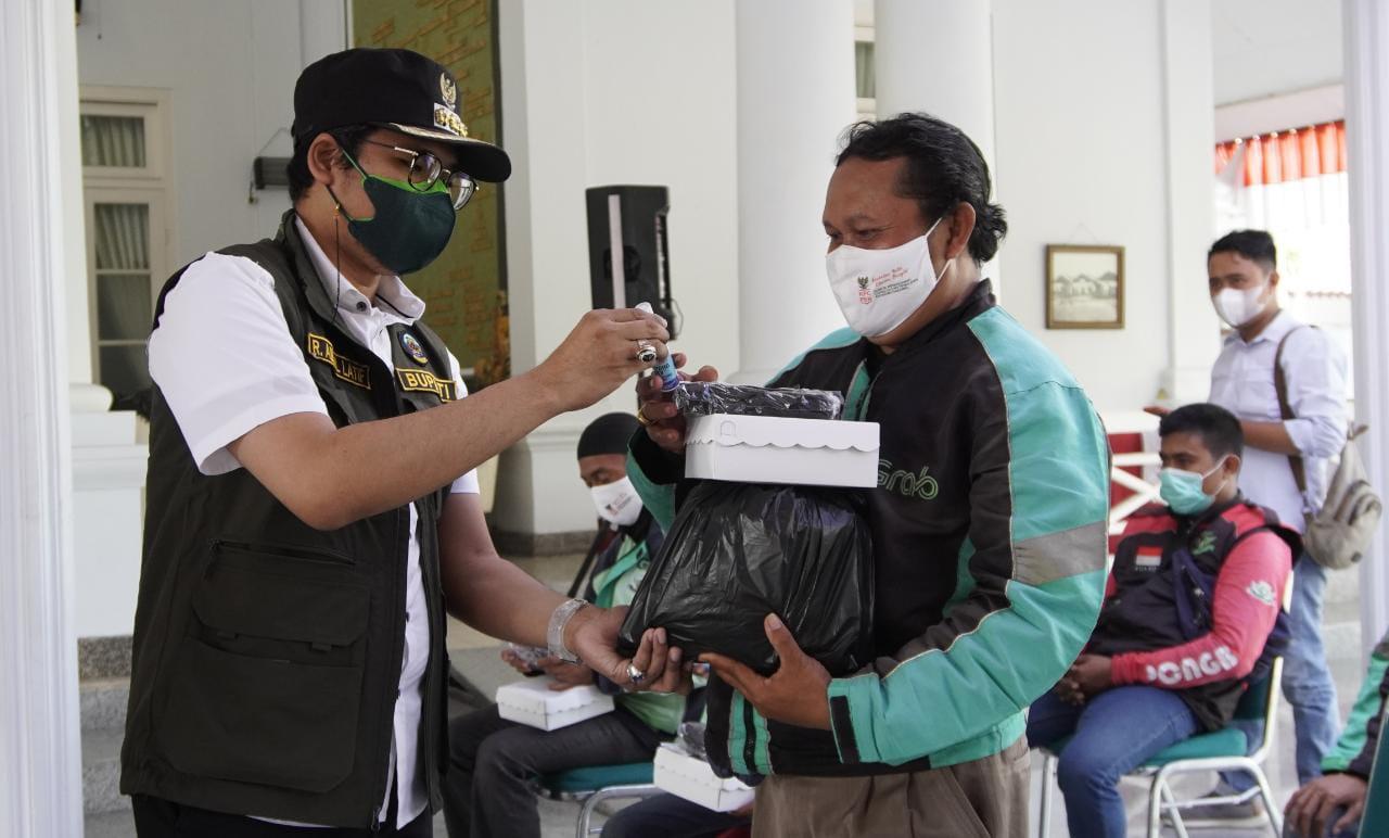 Didampingi Kadinsos, Bupati Bangkalan Serahkan Bantuan kepada Sopir Angkutan Umum dan PKL